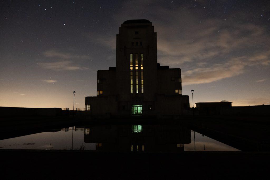 Foto van de Kathedraal (het Zendgebouw) van Radio Kootwijk gemaakt met lange sluitertijd